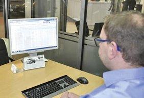 Neuwagen-Verkäufer arbeitet mit dem Provisions- Tool: Er kann die bestellten Fahrzeuge mit Nachlässen genauso auflisten wie Verkaufserlöse und Provisionen pro Fahrzeug.